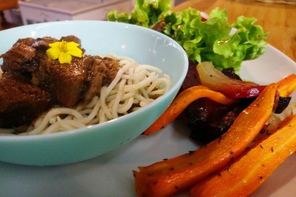 Une assiette composée complète avec une portion moyenne de viande , accompagné de légumes, d'un féculent, de salade ou de crudité