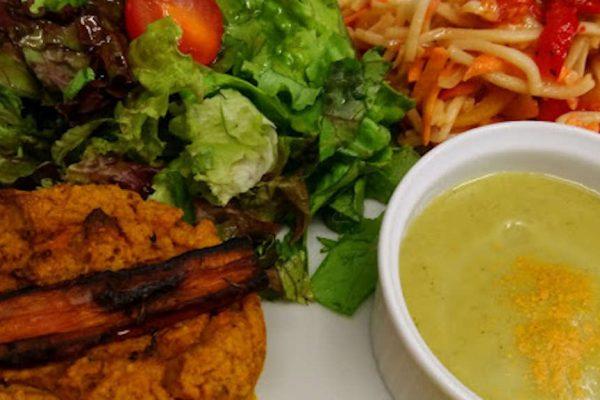 Une assiette composée végétarienne complète: salade/ crudité + un velouté + tarte (ou équivalent)+ légumes