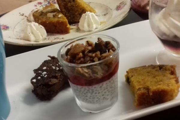3 ou 4 mini desserts (gâteaux et verrine) accompagnés par un café, un thé ou une tisane (supplément de 2€ )